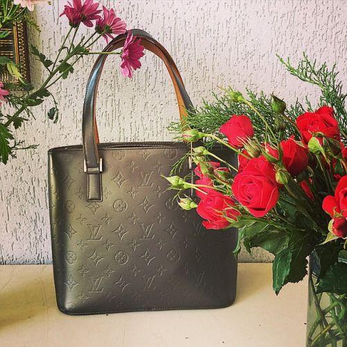 Bolsa #vintage da #LouisVuitton e flores para enfeitar a nossa...