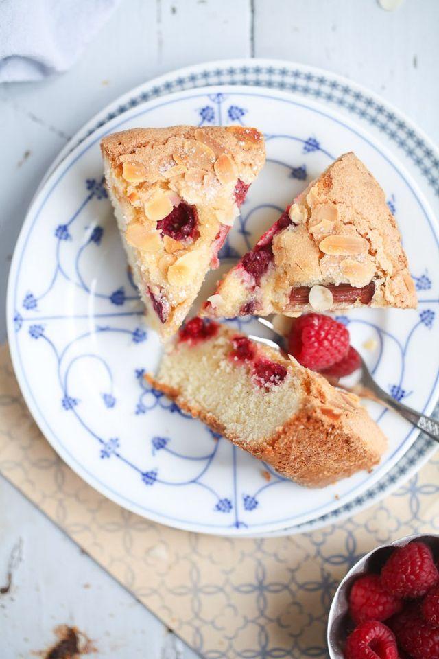 Rezept für Himbeere Rhabarber Kuchen mit Zuckerkruste und Mandelhobeln – so einfach und so lecker!