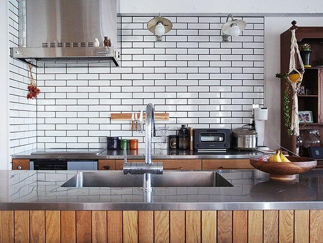 ツヤ感のある白タイルがサブウェイタイル風 キッチンに貼った板も幅細めなので スマートな印象に仕上がってます キッチン キッチンキャビネット サブウェイタイル