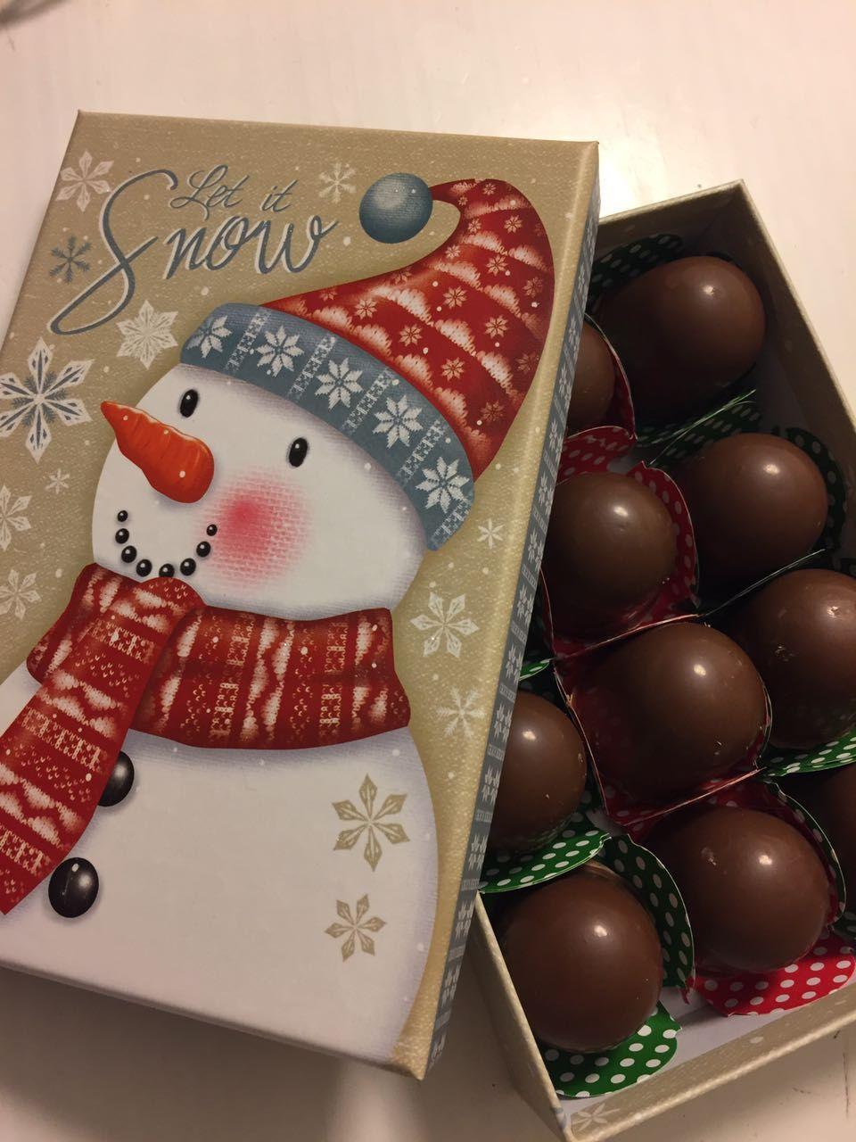 Olha esse presentinho de #Natal: caixinha com 12 bombonzinhos sortidos #Caspita! Tem de brigadeiro, Nutella, Leite Ninho, bicho-de-pé, Ovomaltine, paçoca....