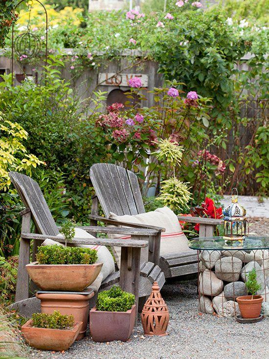 DIY outdoor table Ideia de mesa feita com pedras e contornada com grade, tela , ou cerca de jardim.
