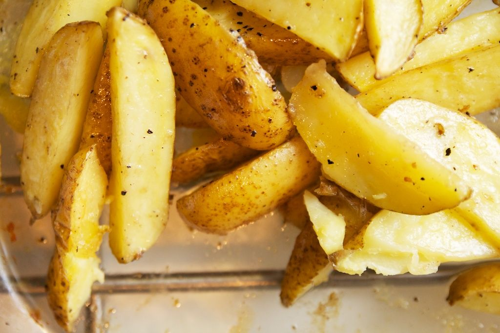 Aardappelpartjes met rozemarijn uit de oven is een heerlijk bijgerecht. Uit de oven is altijd lekker en deze zijn ook nog eens smakelijk gekruid.