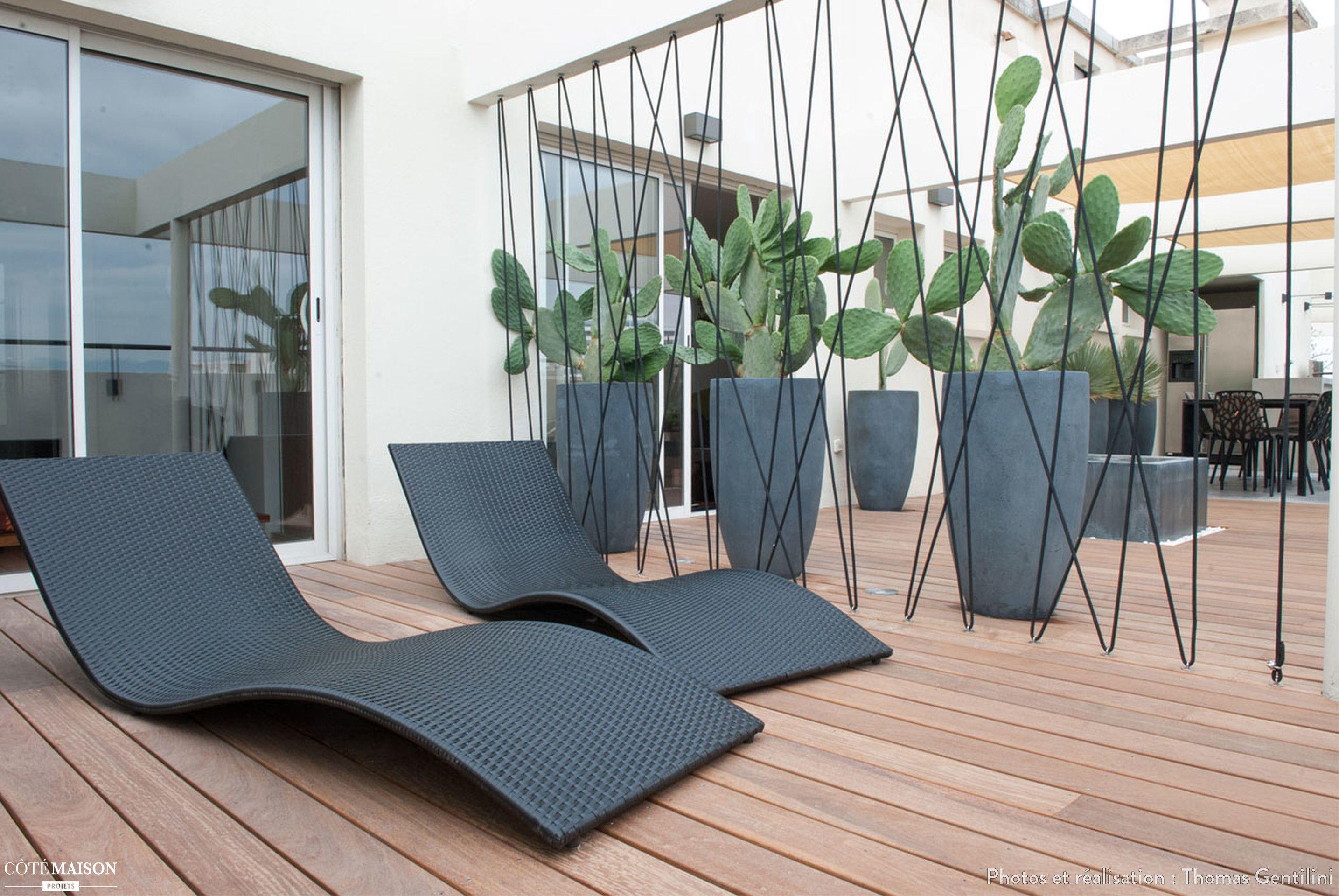 Une Terrasse Contemporaine Qui Mise Sur Le Noir Et Du Bois Brut Espace De Vie Exterieur Amenagement Jardin