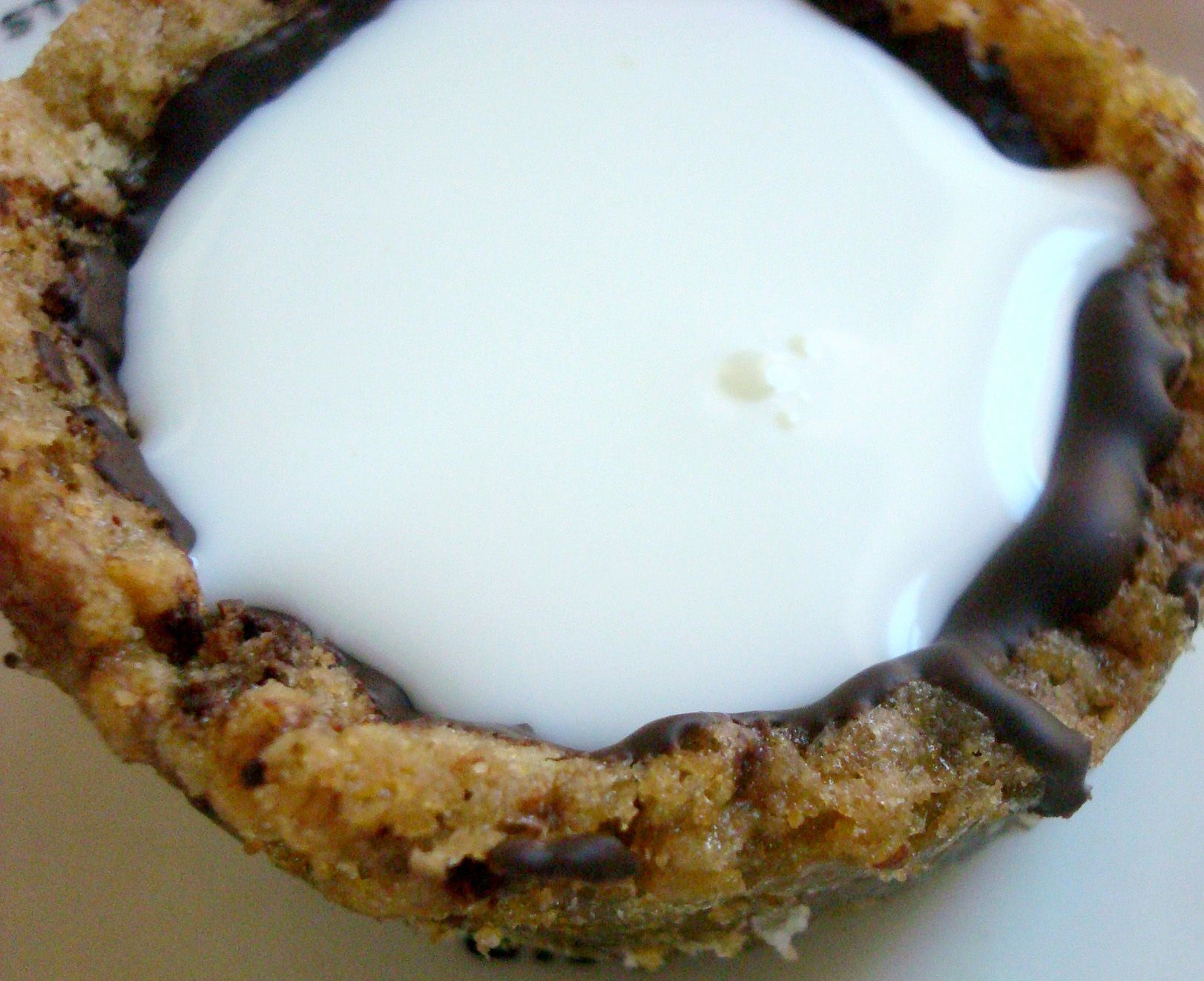 Cookie cup lined with chocolate, filled with milk or pudding