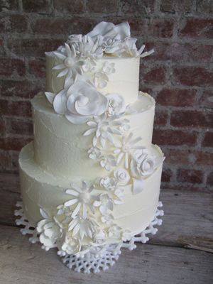 sarah magic cakes - not usually a fan of flowers on a wedding cake but i like these a lot.