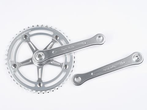 Fully CNC'd the Super pista is reminiscent of classic Campagnolo Record cranksets.
