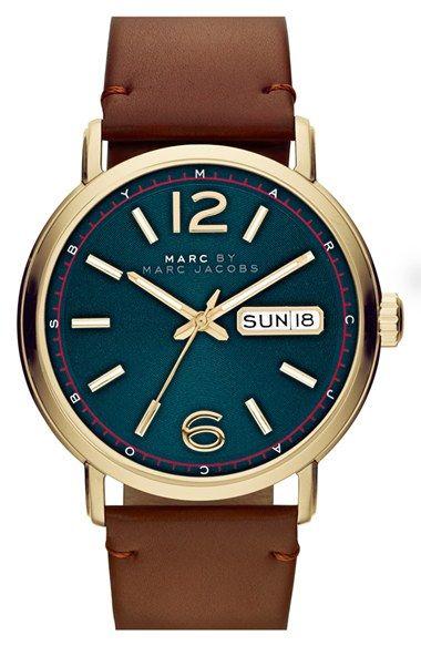 MARC BY MARC JACOBS Fergus couro Strap Watch, 42mm em Nordstrom.com. Mostrador azul marcante, sutilmente texturizado assume um bonito relógio redondo terminou com uma cinta de couro rico centro do palco.