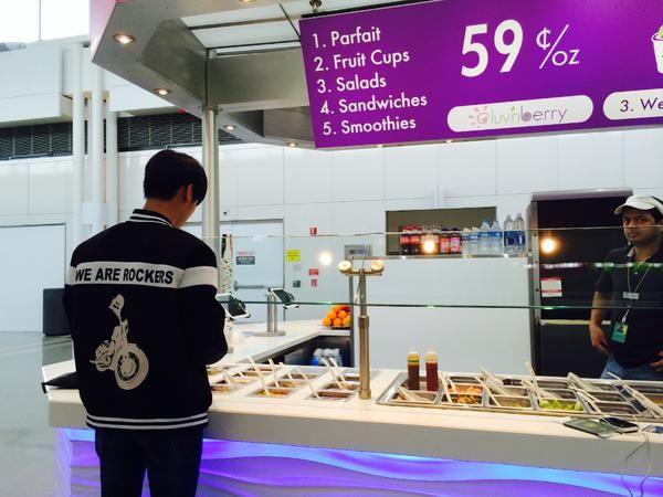 RealVIXX twitter update 19/4/2015 ( N ) -----------나는 로빅이다. 공항에서 아이스크림 토핑을 고르는 #엔 요원의 뒷모습을 포착한 로빅이다. 엔요원이 완성한 아이스크림 사진도 함께 공개한다.