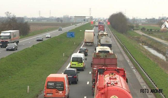 Op de A19 is in Menen een vrachtwagen gekanteld. De verkeerschaos is er compleet, want er zijn op die plaats ingrijpende werken aan de gang.