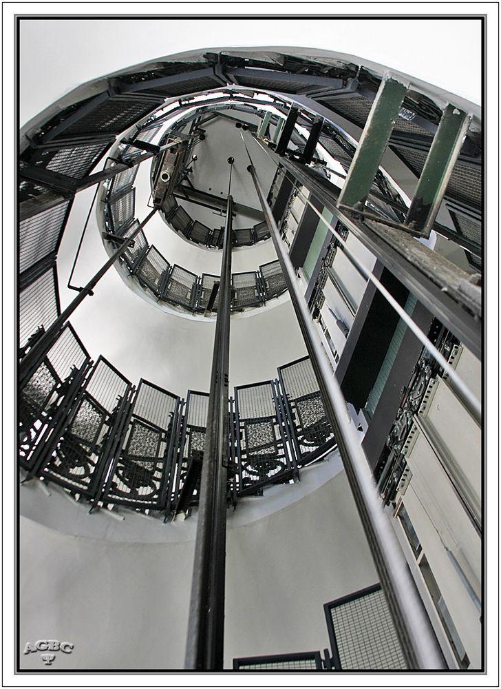 Escalera de caracol en espiral hueco del ascensor de - Escalera en espiral ...