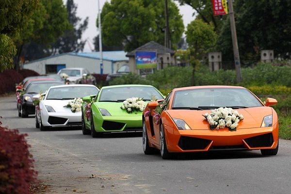 April Luncheng District Wenzhou City A Held Wedding Ceremony Which Used 26 Cars Including Rolls Royce And Other Luxury