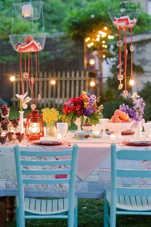 guirnaldas de bombillas y sillas turquesa como decorar una fiesta en el jardin