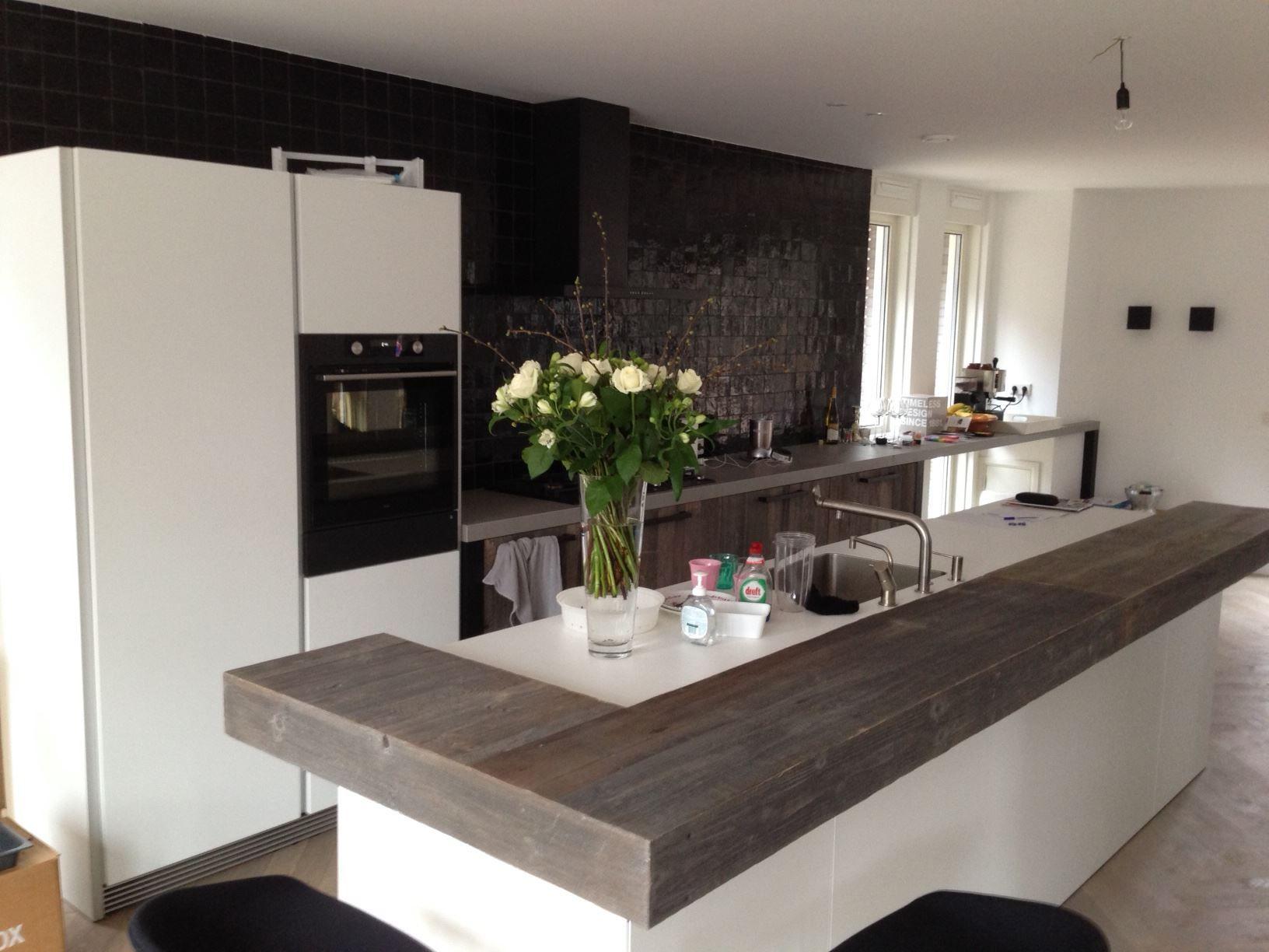 Prachtige witte keuken met een houten keukenblad keukenbladen