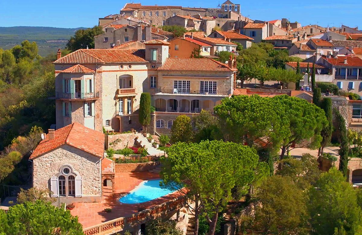 Vue aérienne du château avec le village médiéval du