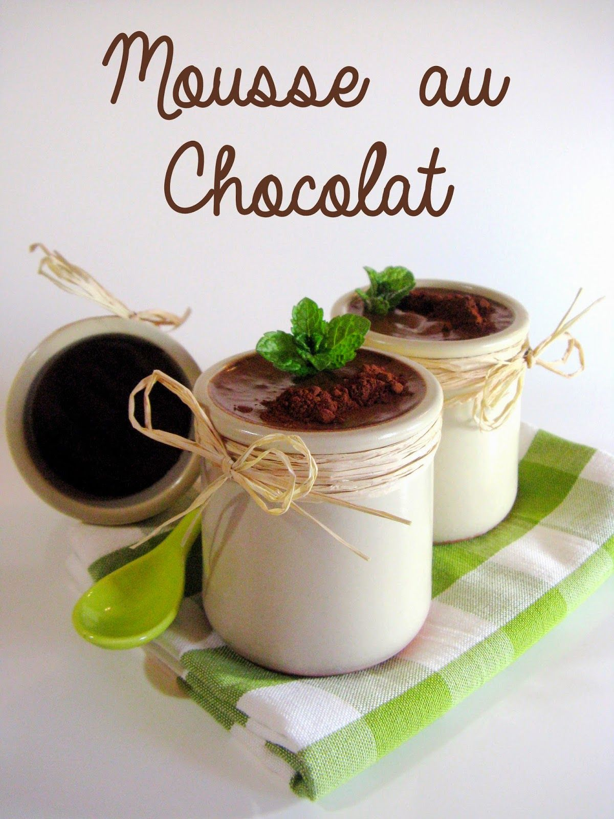 """J'en reprendrai bien un bout...: Mousse au Chocolat """"* Pour 6 ramequins individuels *   100 g de crème liquide entière 250 g de chocolat noir (de qualité - riche en beurre de cacao) 40 g de jaunes d'oeufs (+/- 2 jaunes) 120 g de blancs d'oeufs (+/- 4 blancs) 1 pincée de Fleur de sel """""""
