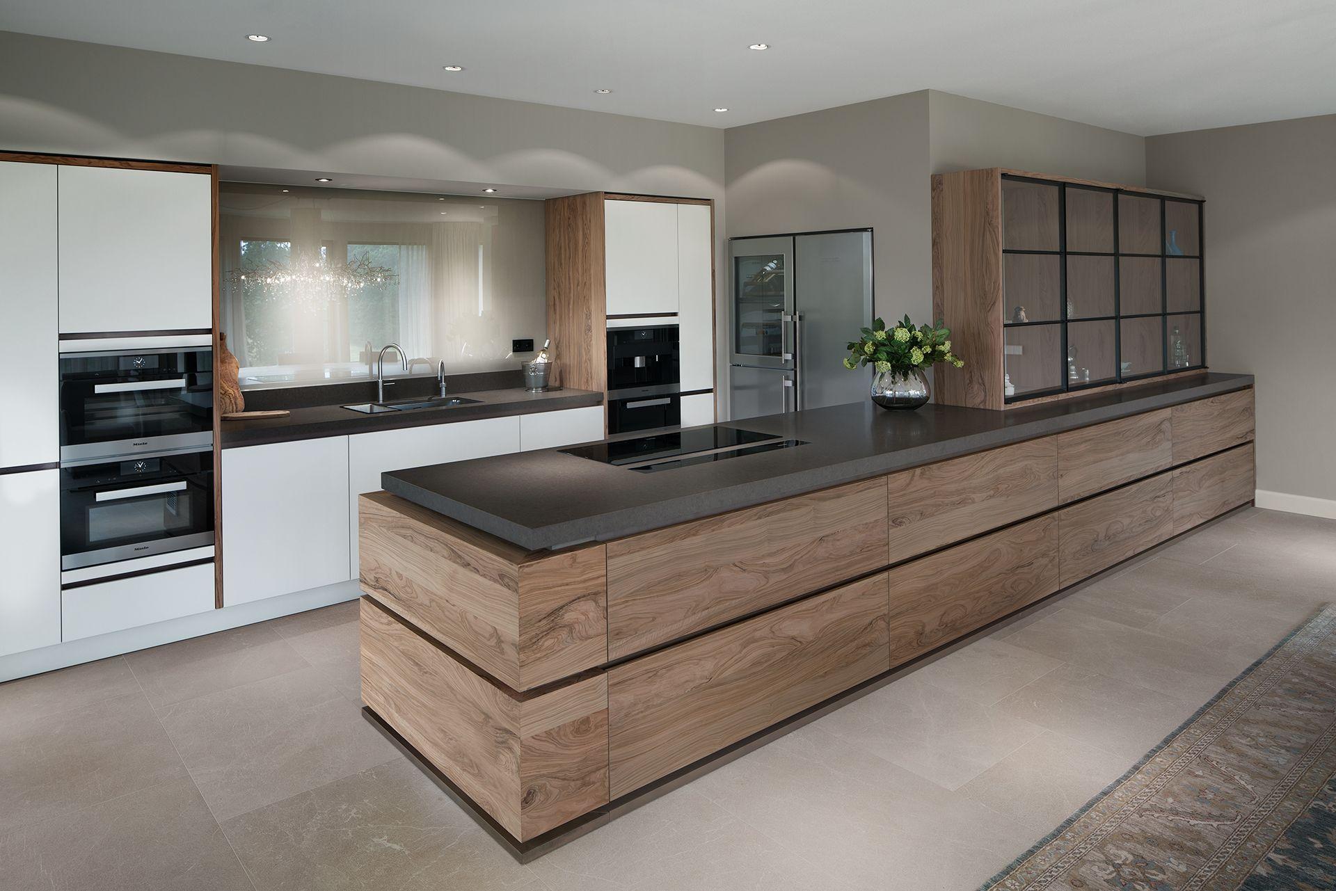 Een moderne keuken komt tot leven door de combinatie van strak