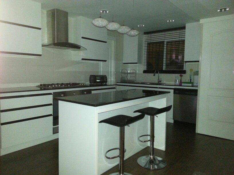 Cocina con isla moderna blanco y negro cocina con isla - Cocinas minimalistas ...