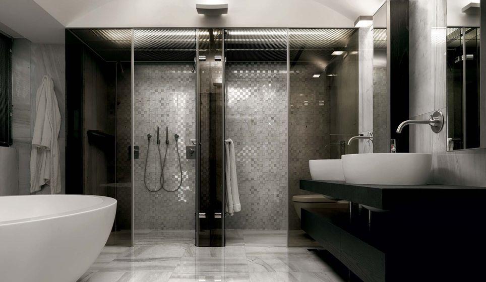 Moderne badkamer met een legpatroon in de tegelvloer en een mozaïek
