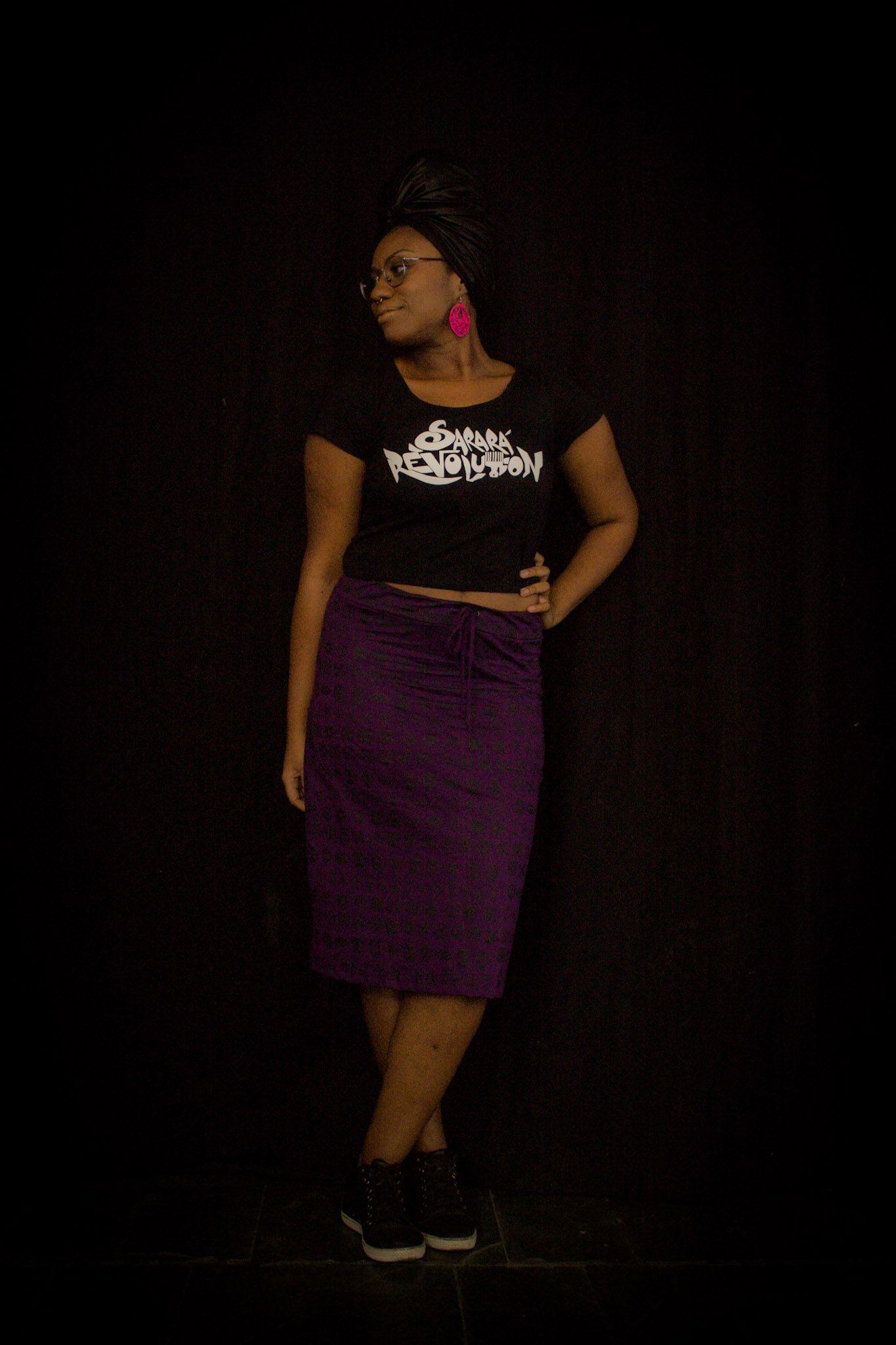 A modelo Karla Caroline usa blusa com estampa Sarará Revolution.Valor :R$40 reais. E saia roxo com símbolos adinkras por R$68 reais