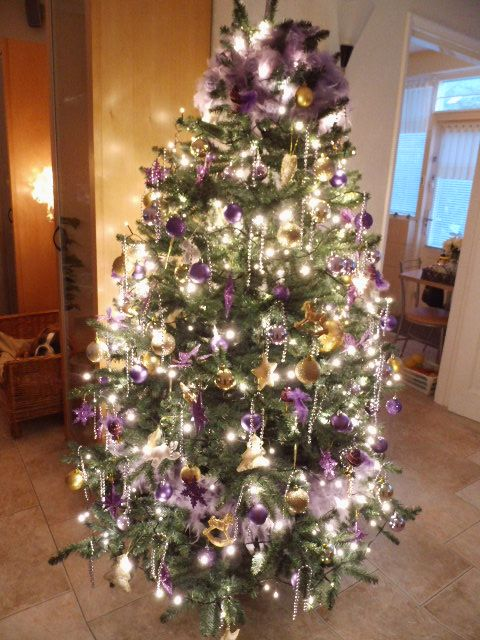 Kerstboom Paars Met Goud Decoraties Kerst Kerst Ideeen