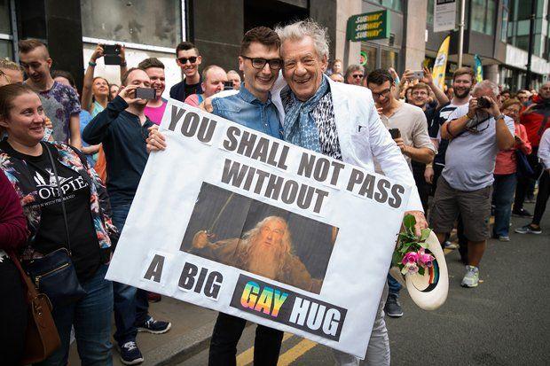 Fotoalbum: 29. August 2015: Bei der Gay Pride in Manchester wird Stargast Ian McKellen freudig erwartet.