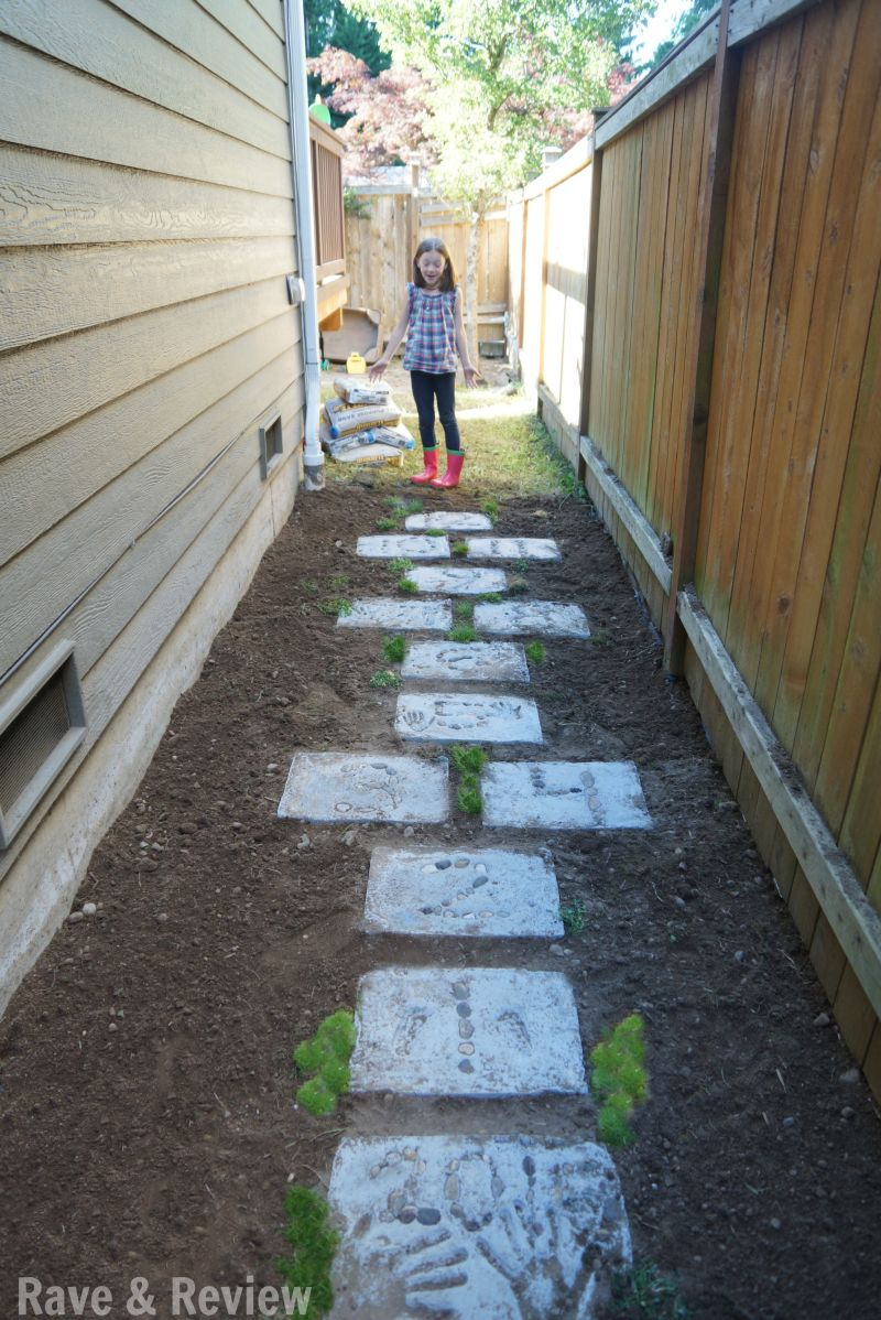Side yard hopscotch with DIY stepping stones Backyard
