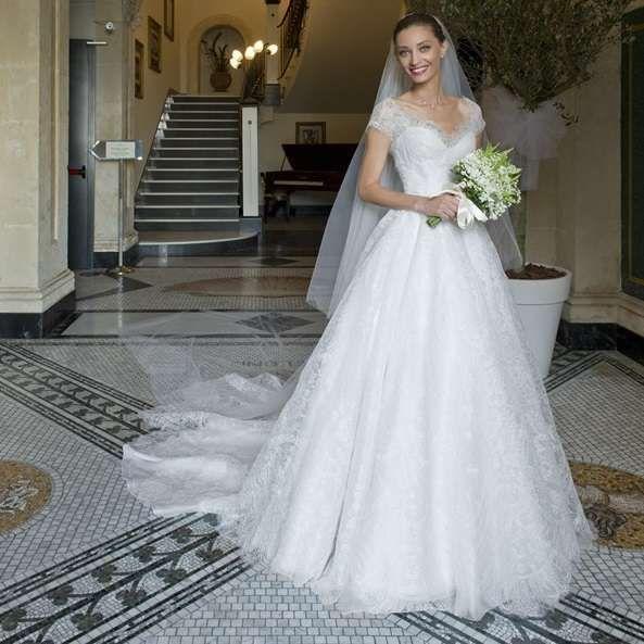 594afbaf9562 Abiti da sposa Armani - Margareth Madè con abito da sposa Armani Privè