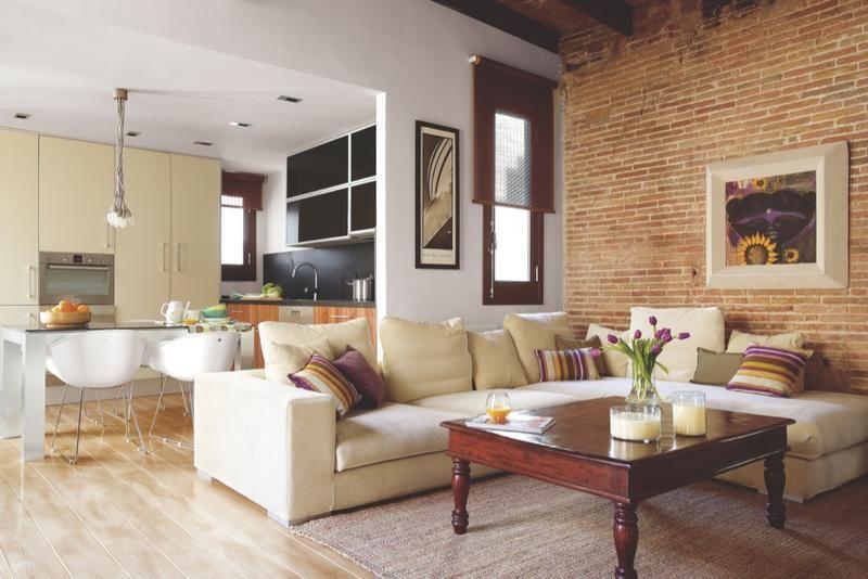 una casa decorada con mobiliario rstico y original
