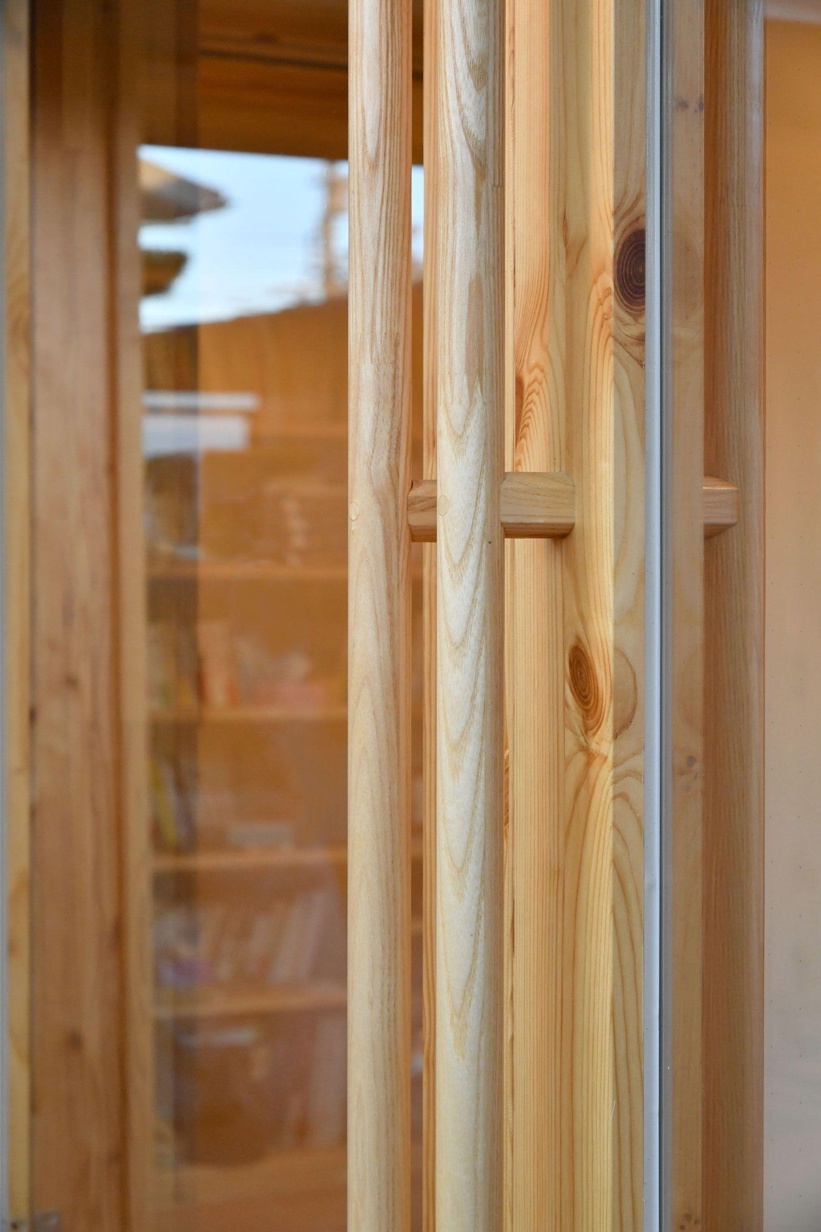 自社製作ガラス引き戸の取っ手 タモの木目が美しい 身長に関わらず