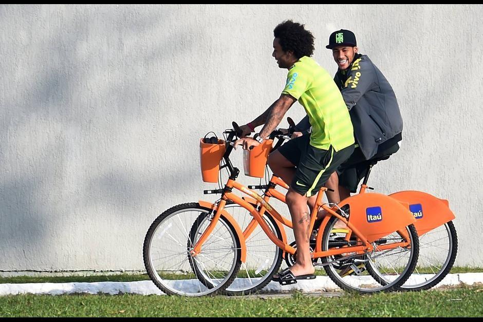 Neymar Y Marcelo En Bici Normal People Cycling Neymar Y Bici