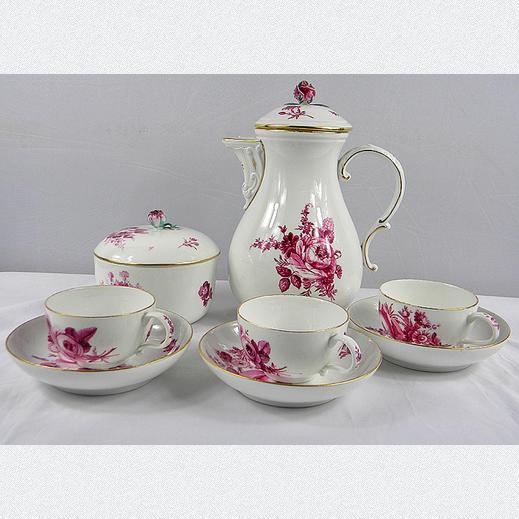 Original Meissener Porzellan: 10 teiliges Kaffee- und/ oder Teeservice mit filigranem Rosendekor in purpur und goldenen Highlights. Hergestellt in Meissen seit dem Jahr 1774. Bestehend aus Kanne mit Deckel, Zuckerdose mit Deckel und 3 Tassen mit passenden Untertassen.