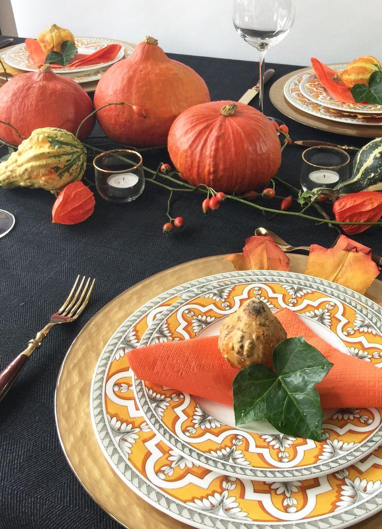 Herbstliche Tischdeko in Schwarz-Orange mit Kürbissen #herbstlichetischdeko