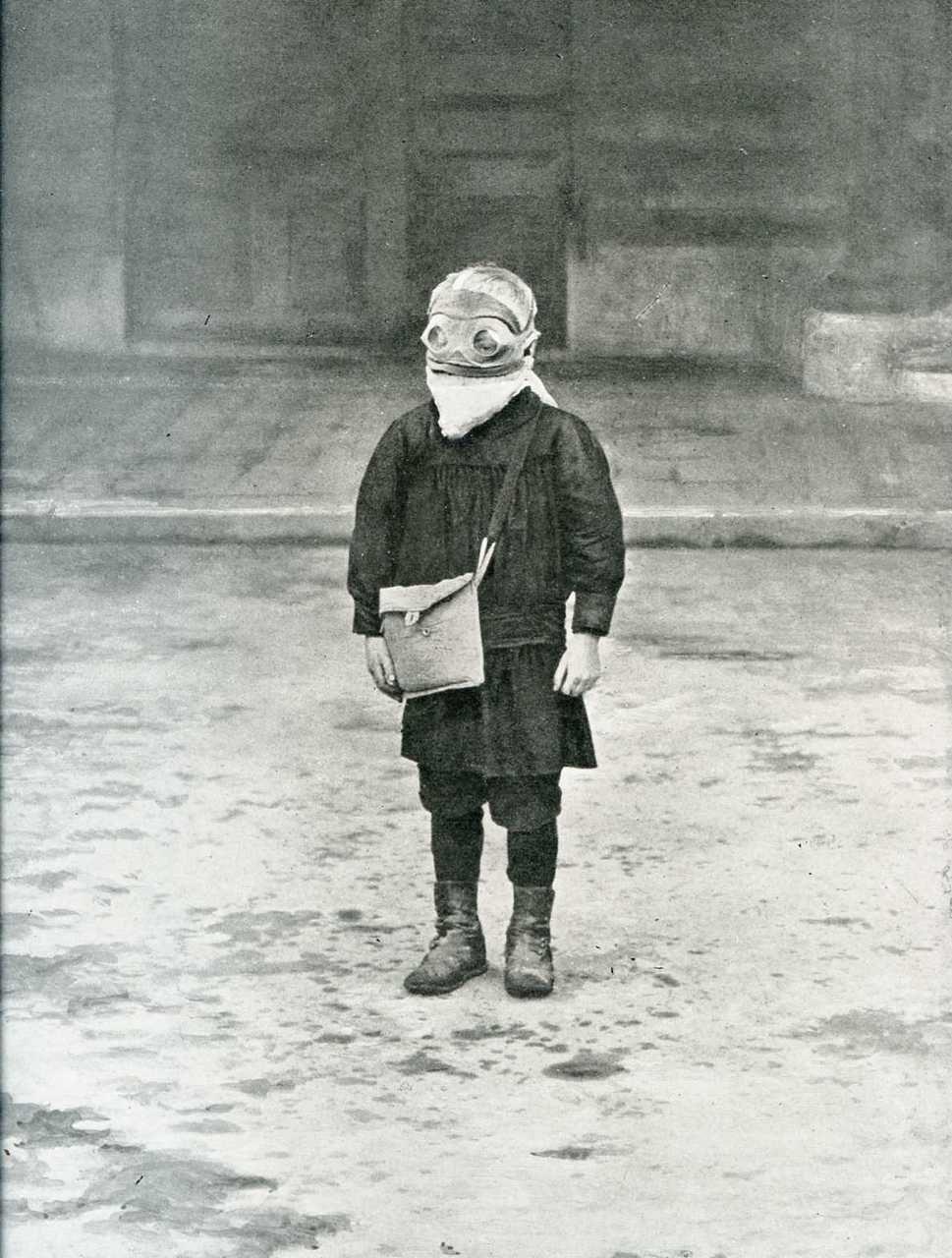 Reims, 1916 - Un écolier avec un masque à gaz (source)