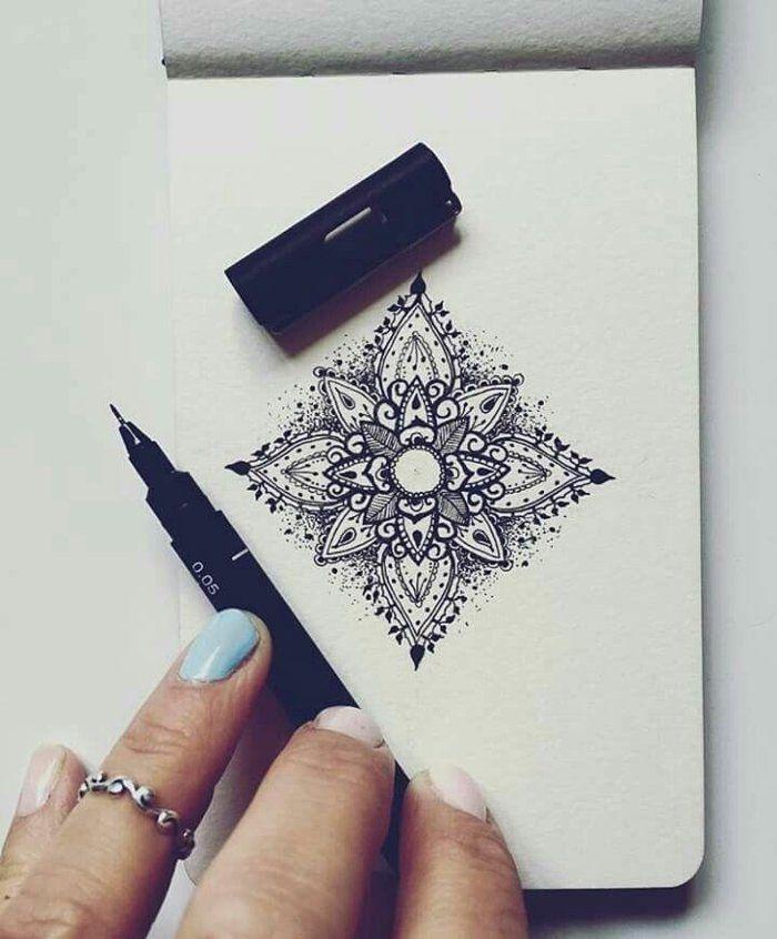 Kleines Notizbuch Kleine Mandalas In Viereckiger Form Schwarzer Stift Frauenhand Lackierte Nagel Tattoos Geometric Tattoo Small Tattoos