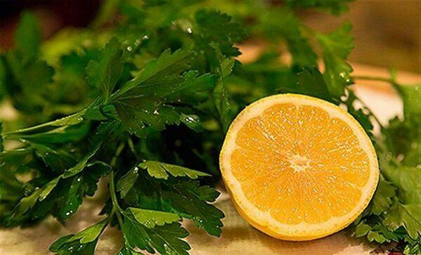 Jugo verde para la retención de líquidos, ingredientes: 1 manojo de perejil ,1 limón, 1 taza de agua.  Preparación: Picar el perejil, preferiblemente en una licuadora. Exprimir el jugo del limón y verter un vaso de agua sobre los ingredientes. Dosis  Beber en la mañana con el estómago vacío, por sólo 5 días, y después hacer una pausa de 10 días. Este jugo ayuda a quemar calorías, mientras que alimenta nuestro cuerpo con vitaminas y minerales. Puedes hacer un té de perejil por la tarde…