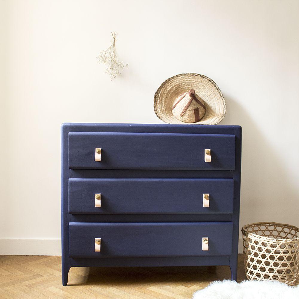 commode vintage l gante peinte dans un bleu franc ressource agr ment e de poign es en cuir et. Black Bedroom Furniture Sets. Home Design Ideas