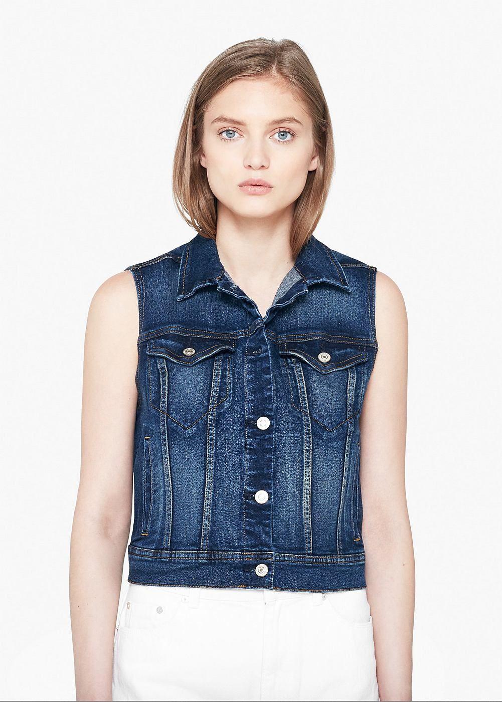 Jeansweste in dunkler Waschung. Mit Knopfleiste vorne, zwei Pattentaschen auf Brusthöhe und zwei seitlichen Leistentaschen. ZUSAMMENSETZUNG: 99% BAUMWOLLE, 1% ELASTHAN....