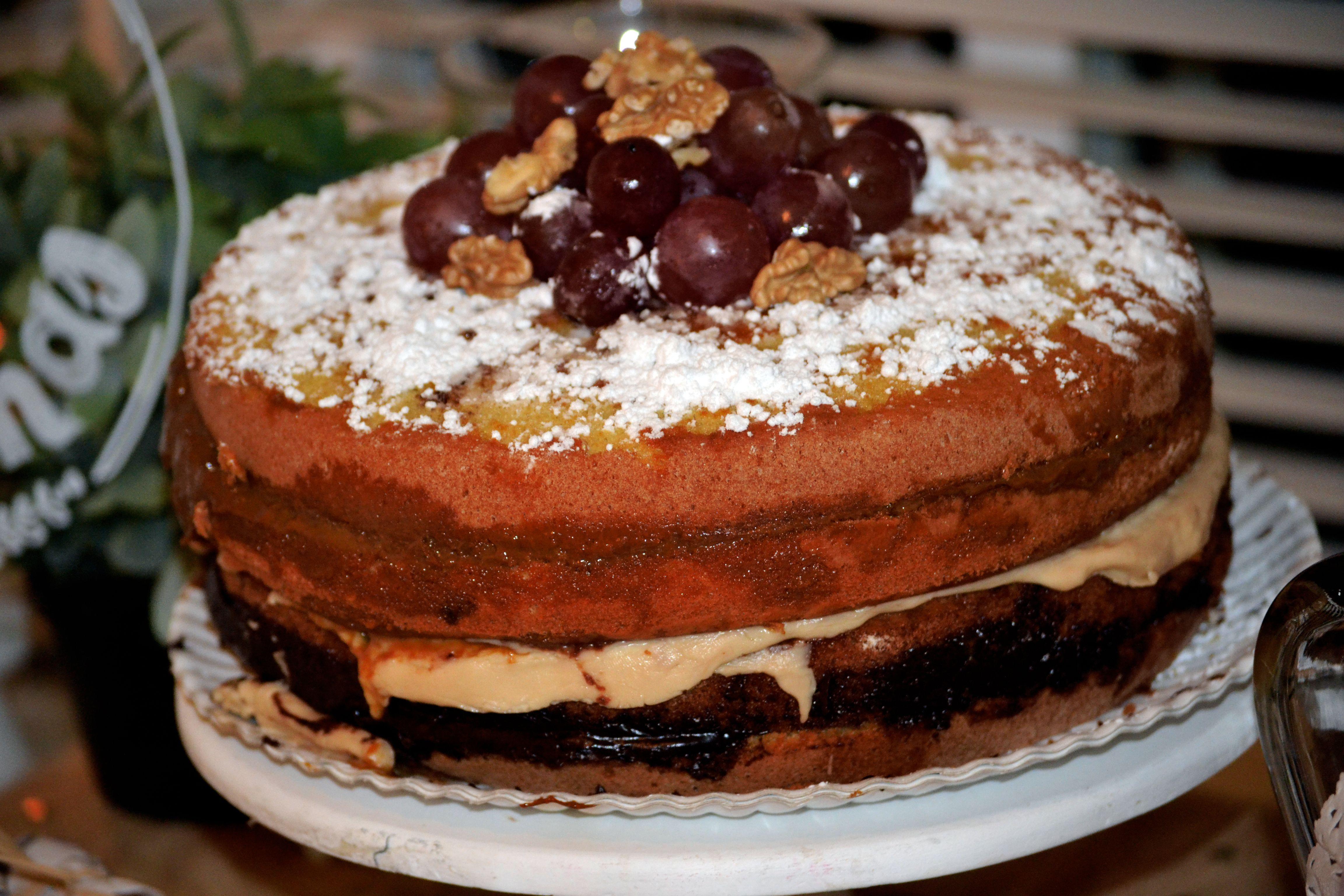Bizcocho de chocolate blanco, chocolate negro y uvas