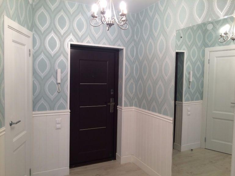 Дизайн интерьера коридора. Чтобы собаки или кошки не царапали стены с обоями, лучше декорировать их панелями из ЛДФ пр-во Ultrawood и покрасить.