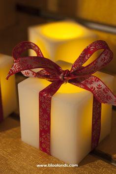 Prenez une bougie carrée led en cire, ajoutez-y un joli tissu et vous obtenez une bougie élégante à placer dans votre salon.