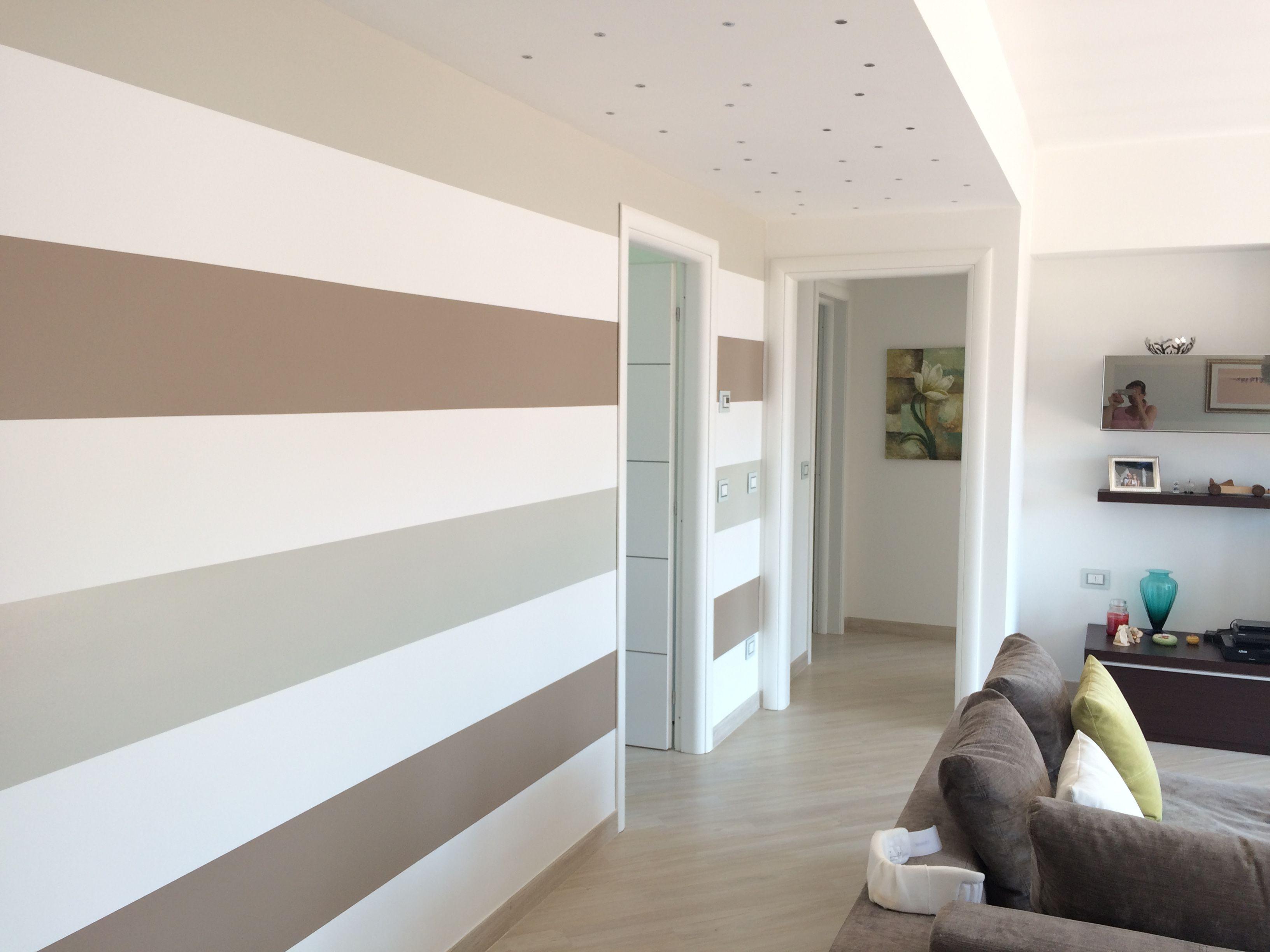 Parete a strisce bianche e tortora casa arredamento for Arredamento originale casa