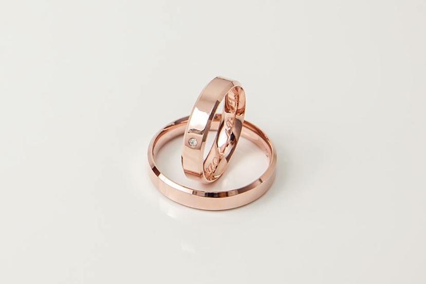 4ba1342478737 Alianças em ouro rosé com diamante na feminina   rose gold Wedding band