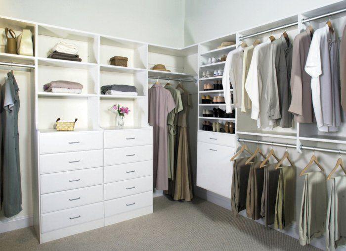 Schlafzimmer mit begehbarem Kleiderschrank weiße kommode geluftet