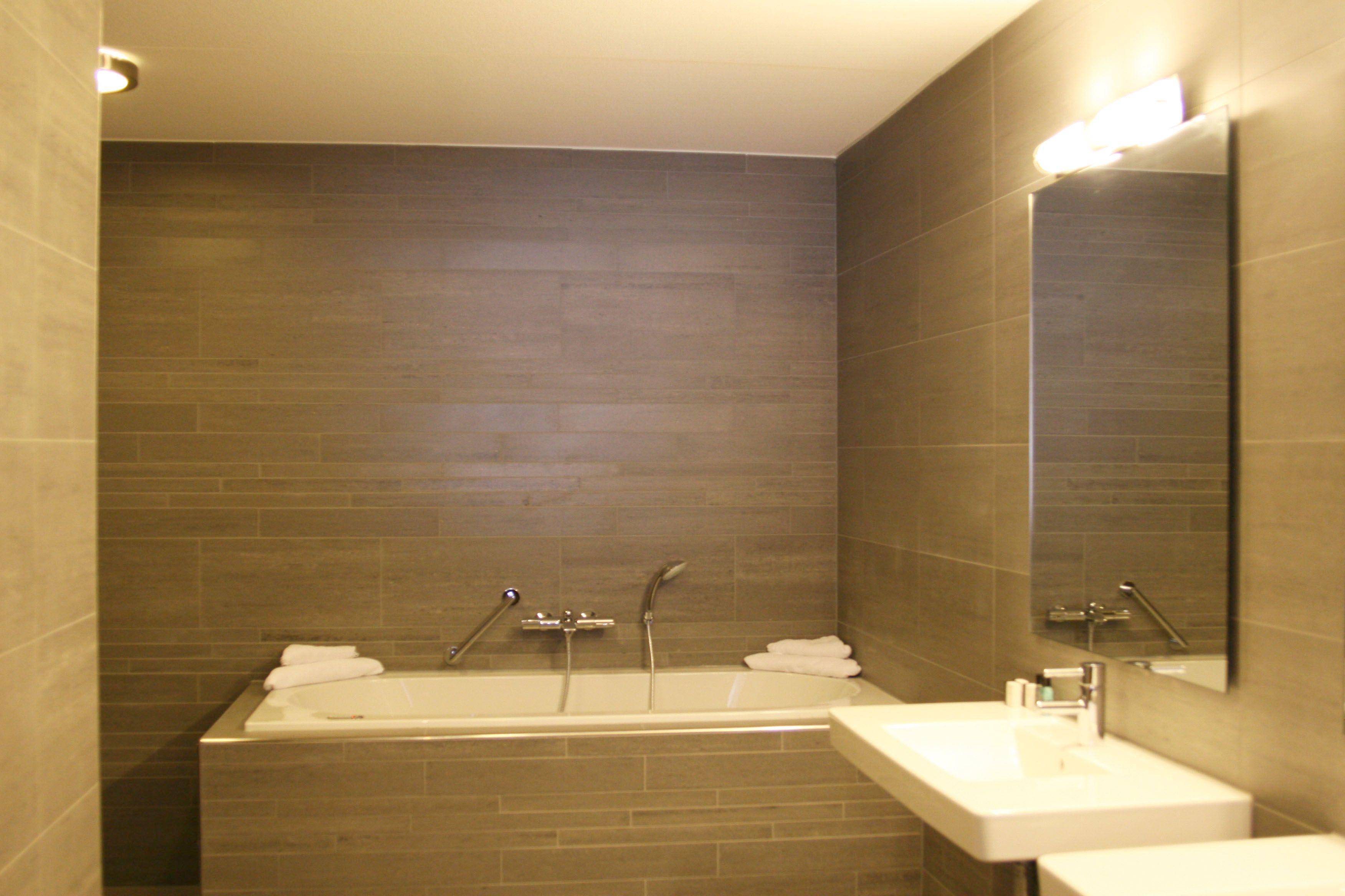 Van der Valk Hotel Arnhem: Junior Suite - badkamer | Туалеты ...