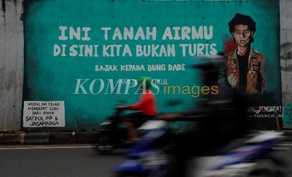 Mural Berisi Kutipan Puisi Karya Penyair Wiji Thukul Tergambar Di