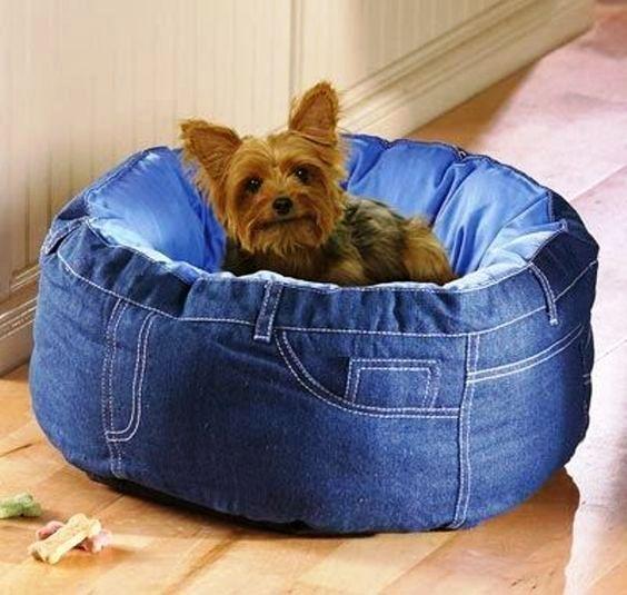 PRA MIM TAMBÉM | Aproveite a onda do jeans para atualizar a caminha do seu pet. Ele também  merece   estar por dentro das tendências de decoração...#inspiracao #decoracao #pet #jeans #DIY #ficaadica #SpenglerDecor