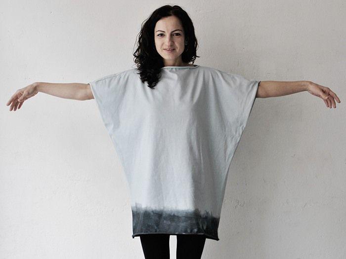 Zum Sommerlook gehören weite Shirts oder Kleider. Und Großstadtindianerinnen färben ihre Klamotten auch gern einmal selbst. Das ist einfacher als gedacht: der angesagte Dip-Dye-Look für ein Oversize Shirt lässt sich leicht nachmachen.