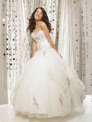 Сватбена рокля в бяло с декорация (2)