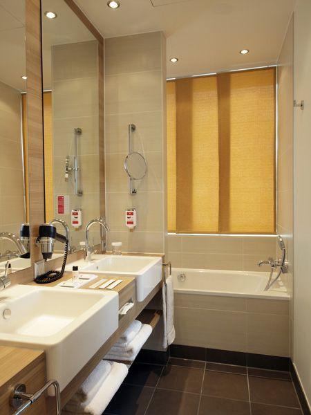 Badezimmer Suite mit Doppelwaschbecken sowie Badewanne und - badezimmer doppelwaschbecken
