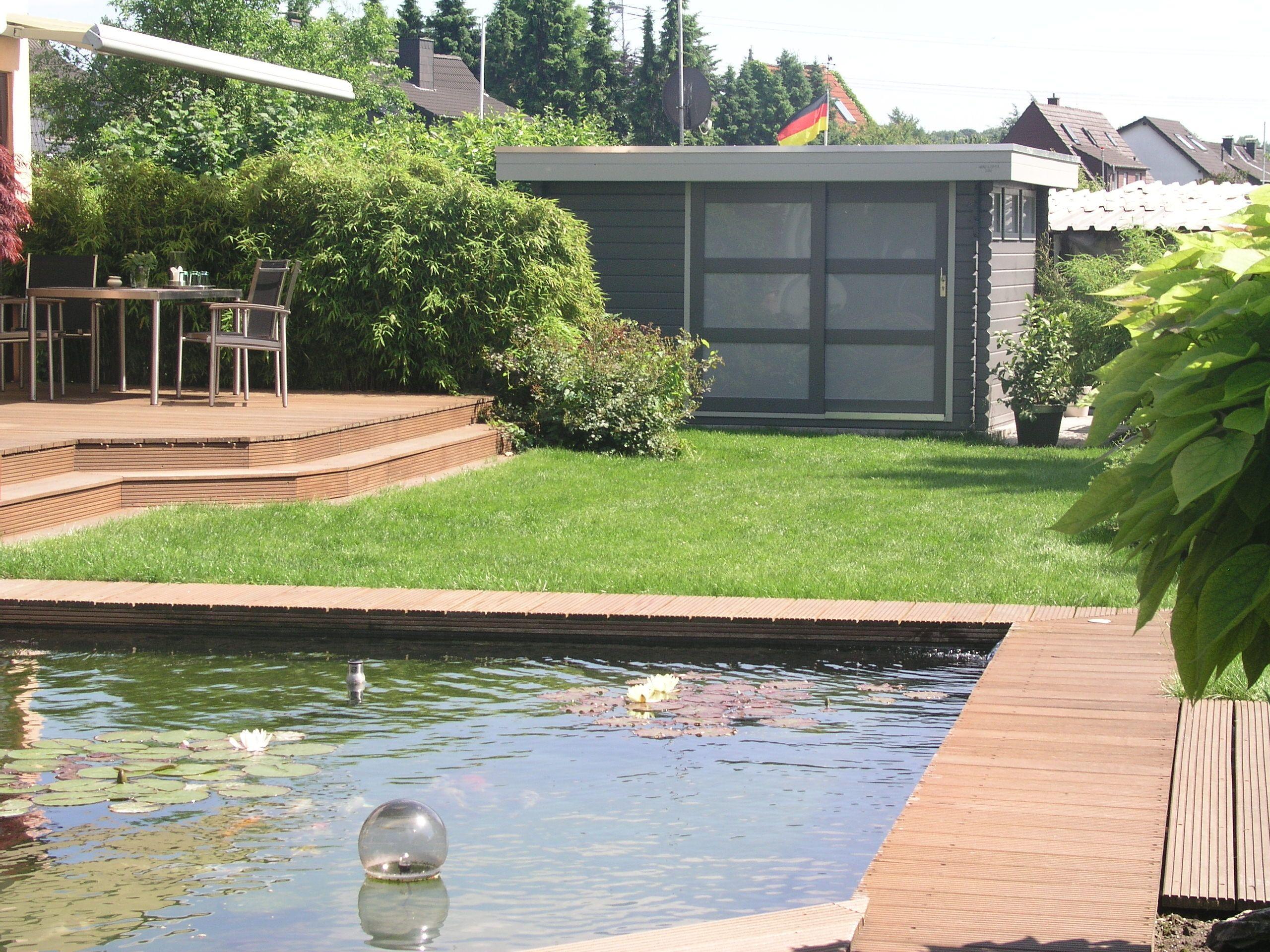 Das moderne Gartenhaus und der stylische Teich passen gut zusammen